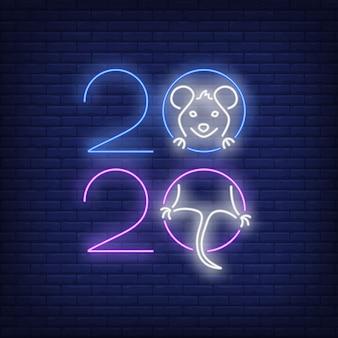Dwa tysiące dwadzieścia znak neon z radosnym szczurem