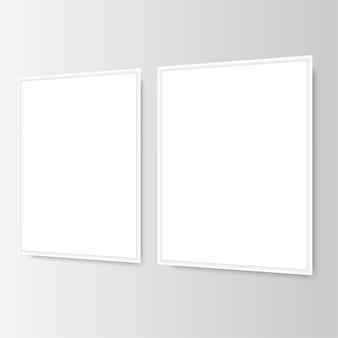 Dwie białe ramki na zdjęcia na ścianie