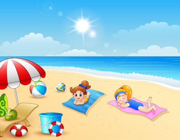Dwie dziewczyny opalanie na maty plażowej
