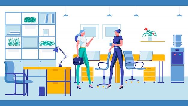 Dwie kobiety rozmawiają i rozmawiają podczas przerwy biurowej.