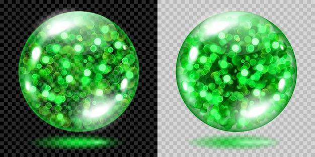 Dwie przezroczyste kule wypełnione zielonymi świecącymi iskierkami z efektem bokeh. kule z zielonymi iskierkami, blaskami i cieniami. do stosowania na ciemnym i jasnym tle. przezroczystość tylko w pliku wektorowym