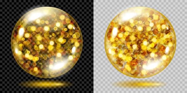 Dwie przezroczyste kule wypełnione złotymi błyszczącymi iskierkami z efektem bokeh. kule ze złotymi iskierkami, odblaskami i cieniami. do stosowania na ciemnym i jasnym tle. przezroczystość tylko w pliku wektorowym