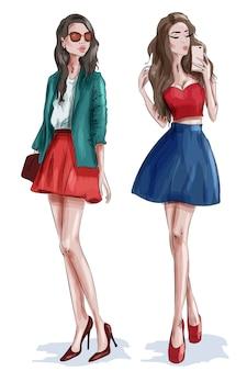 Dwie stylowe piękne dziewczyny z dodatkami