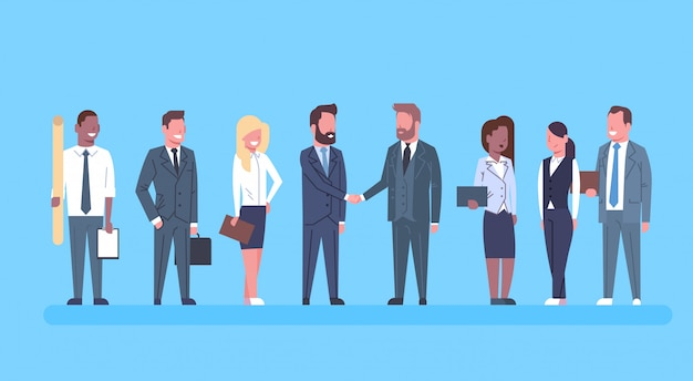 Dwóch biznesmenów drżenie rąk partnerzy hand shake concept biznesmeni team boss udane zgadzam się