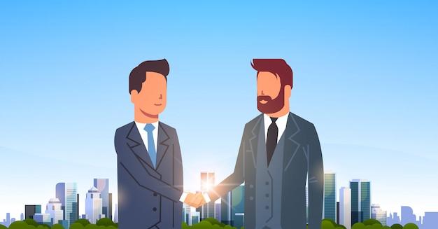 Dwóch biznesmenów ściskających ręce