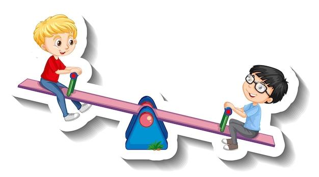Dwóch chłopców bawiących się naklejką z kreskówką na huśtawce