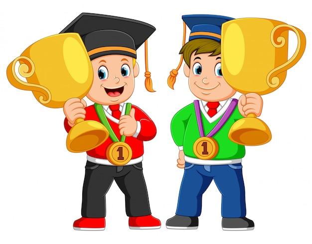 Dwóch chłopców trzyma się wielkiej thropy w dniu ukończenia szkoły