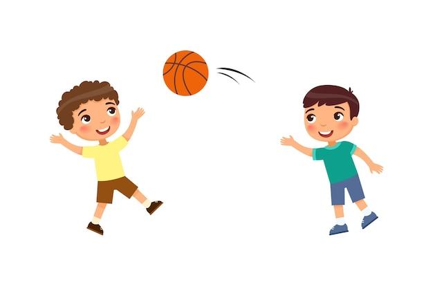 Dwóch małych chłopców gra w koszykówkę. dzieci bawiące się na zewnątrz postać z kreskówki.
