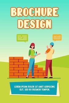 Dwóch pozytywnych budowniczych rozmawiających i pracujących. cegła, pracownik, ilustracja wektorowa płaskie ściany