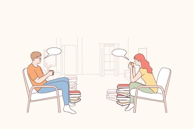 Dwóch przyjaciół, studentów, pracowników lub kolegów siedzących, komunikujących się i pijących razem herbatę lub kawę w czasie przerwy lub lunchu