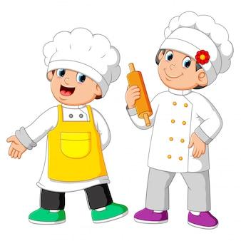 Dwóch szefów kuchni stojących i trzymających wałek do ciasta