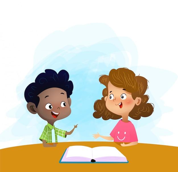 Dwoje dzieci rozmawia i omawia książkę w bibliotece.