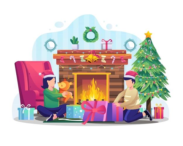 Dwoje dzieci rozpakowuje świąteczne prezenty przed ilustracją kominka
