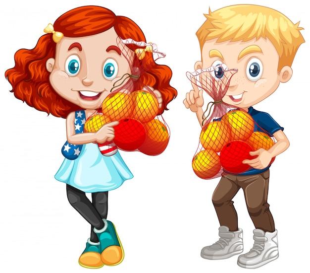 Dwoje dzieci trzymając owoce w pozycji stojącej