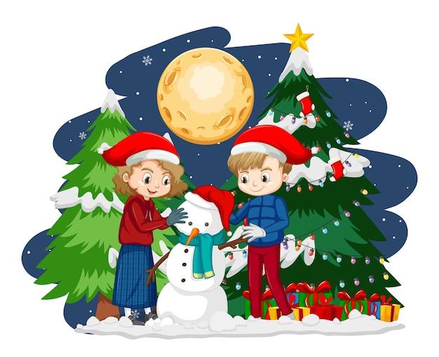 Dwoje dzieci tworząc bałwana w tematyce bożonarodzeniowej w nocy