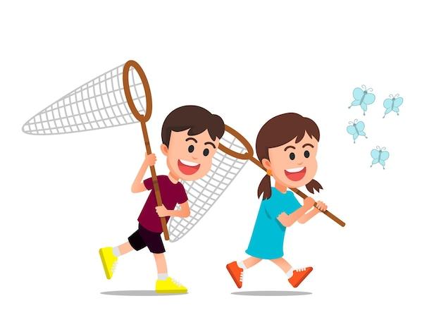 Dwoje uroczych dzieciaków próbuje razem złapać motyle