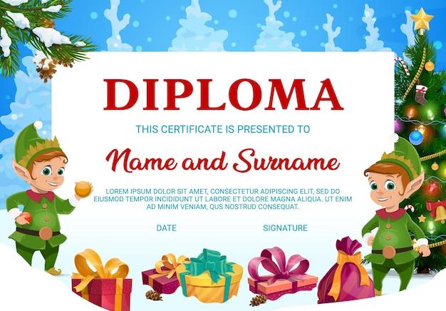 Dyplom dla dzieci, bożonarodzeniowy bon upominkowy z elfami, pudełka na prezenty i jodły ozdobione girlandą, bombkami i cukierkami ze spadającymi płatkami śniegu na zimowym tle. świąteczny dyplom lub ramka dla dzieci