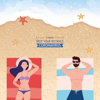 Dystans społeczny na plaży, para zachowuje dystans leżąc opalanie, nowa koncepcja normalnej letniej plaży po koronawirusie lub covid 19