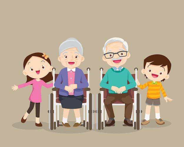 Dziadkowie siedzą na wózku inwalidzkim z wnukami