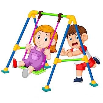 Dzieci bawią się huśtawkami