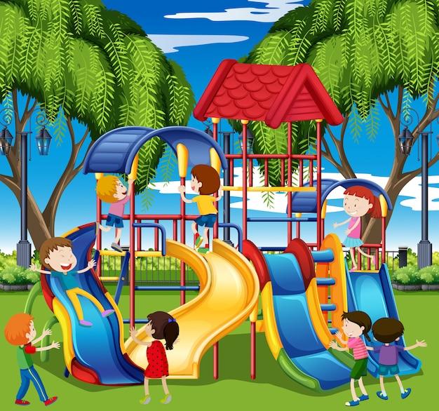 Dzieci bawią się na zjeżdżalni na placu zabaw