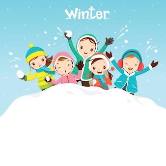 Dzieci bawią się razem w śniegu, padający śnieg, sezon zimowy