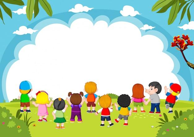 Dzieci bawią się razem z pustym tłem i dobrym widokiem