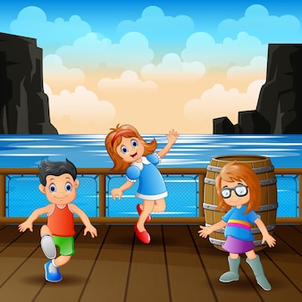 Dzieci bawią się w drewnianym porcie