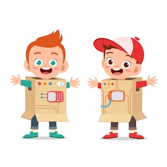 Dzieci bawią się w kostium robota z tektury