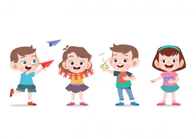 Dzieci bawią się w papierowe rzemiosło