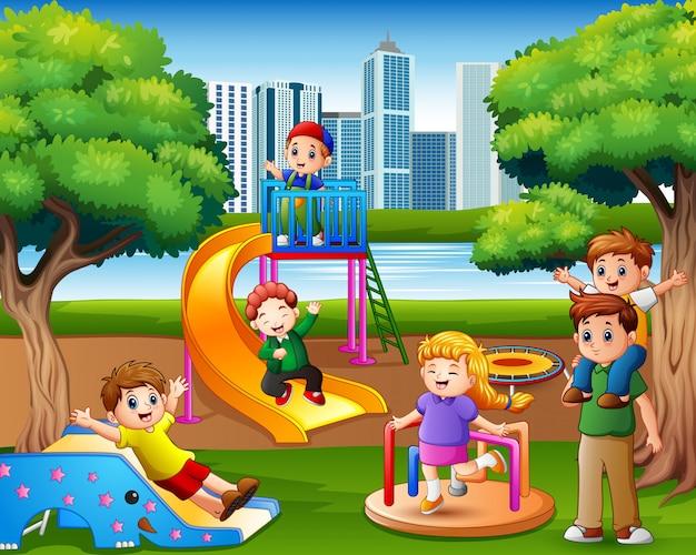 Dzieci bawią się z rodziną na placu zabaw