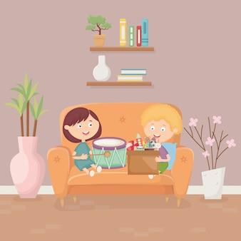 Dzieci bawiące się na kanapie w salonie z zabawkami