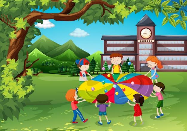 Dzieci bawiące się na podwórku szkolnym