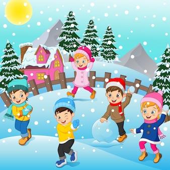 Dzieci bawiące się na świeżym powietrzu w zimie