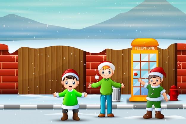 Dzieci bawiące się na zaśnieżonej ulicy