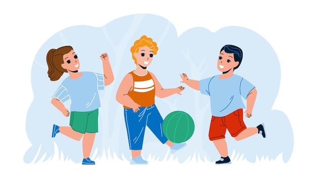 Dzieci bawiące się piłką na zewnątrz razem wektor. dzieci grające w piłkę nożną na zewnątrz, gra zespołowa. postacie sport i wypoczynek aktywny czas na świeżym powietrzu i ciesząc się sezonem letnim płaska ilustracja kreskówka