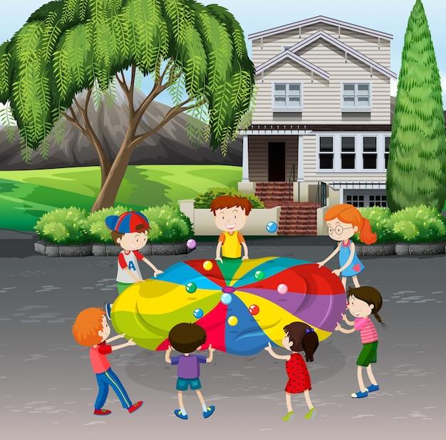 Dzieci bawiące się piłkami balansowymi na ulicy