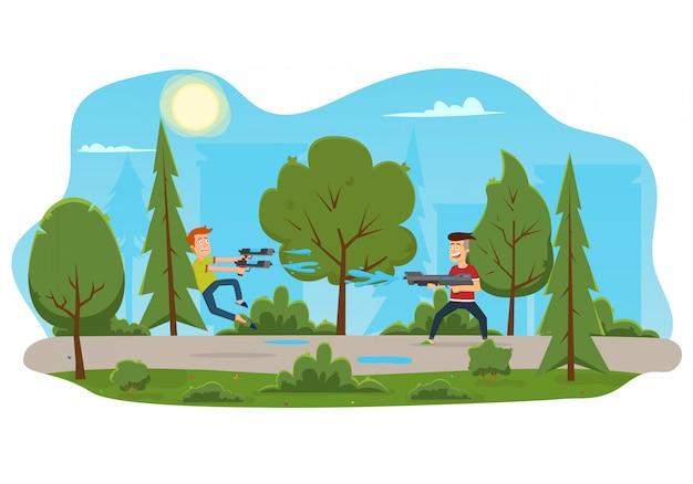 Dzieci bawiące się pistoletem na wodę w parku.