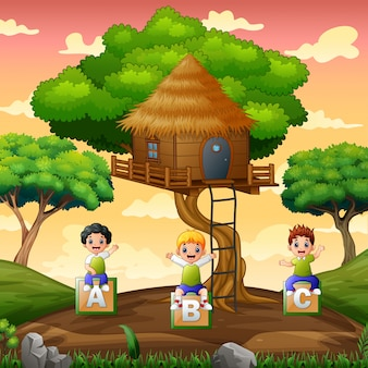 Dzieci bawiące się pod domkiem na drzewie