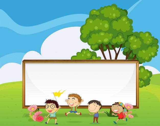 Dzieci bawiące się przed dużym pustym szyldem