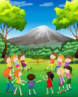 Dzieci bawiące się w holowniku w parku