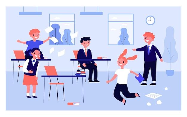 Dzieci bawiące się w klasie pod nieobecność nauczyciela. ilustracja wektorowa płaski. dziewczyny i chłopcy szaleją, skaczą, śmieją się, robią bałagan w klasie na przerwie. dzieciństwo, zachowanie, koncepcja szkoły