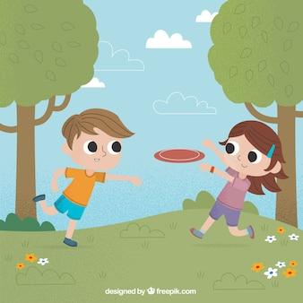 Dzieci bawiące się w parku frisbee