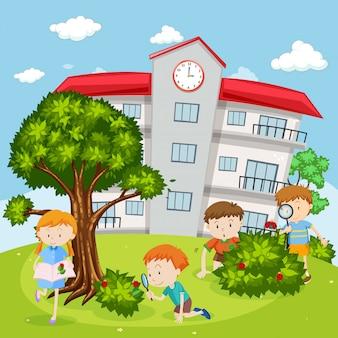Dzieci bawiące się w szkolnym podwórku