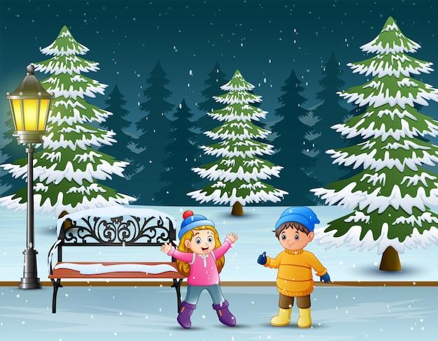 Dzieci bawiące się w winter park