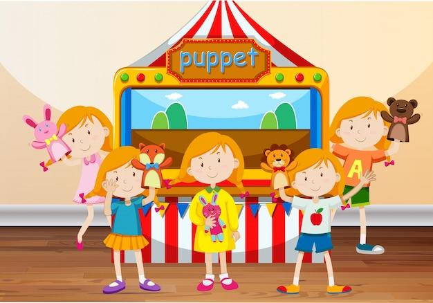 Dzieci bawiące się z ręcznymi lalkami