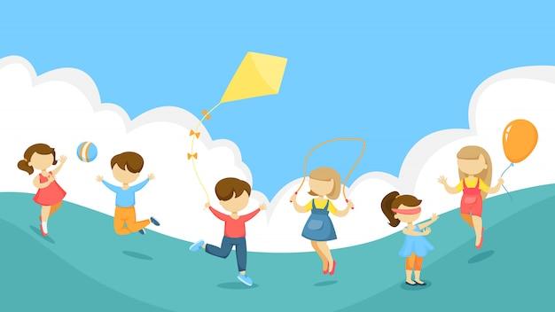 Dzieci bawiące się zabawkami na świeżym powietrzu wraz z latawcem i piłką.