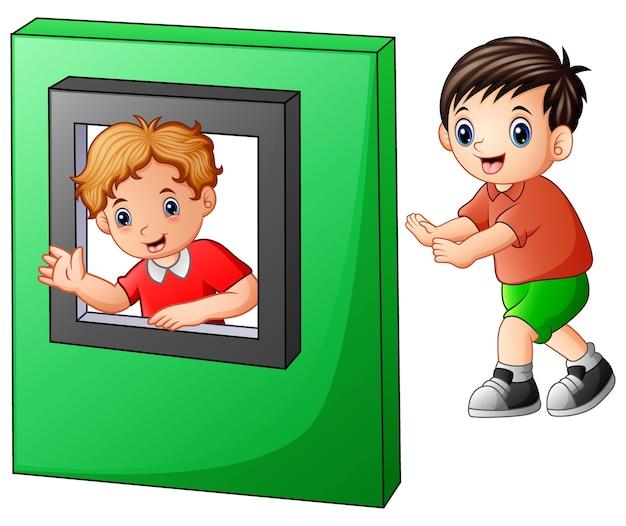 Dzieci bawiące się zabawkami z okna