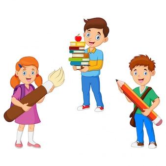 Dzieci cartoon posiadają ołówek z książką i pędzlem