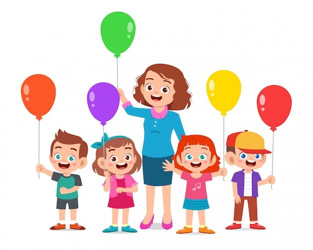 Dzieci chłopiec i dziewczynka trzymając balon z nauczycielem